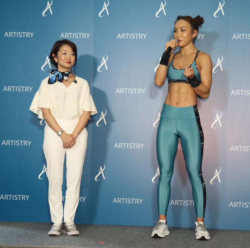 人気クロスフィットトレーナーのAYAさん、「アーティストリー」ブランドの部長を務める杉本千恵さん