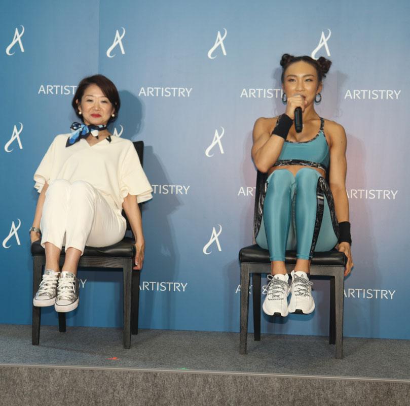 AYAさんが杉本千恵さんにトレーニングを指導