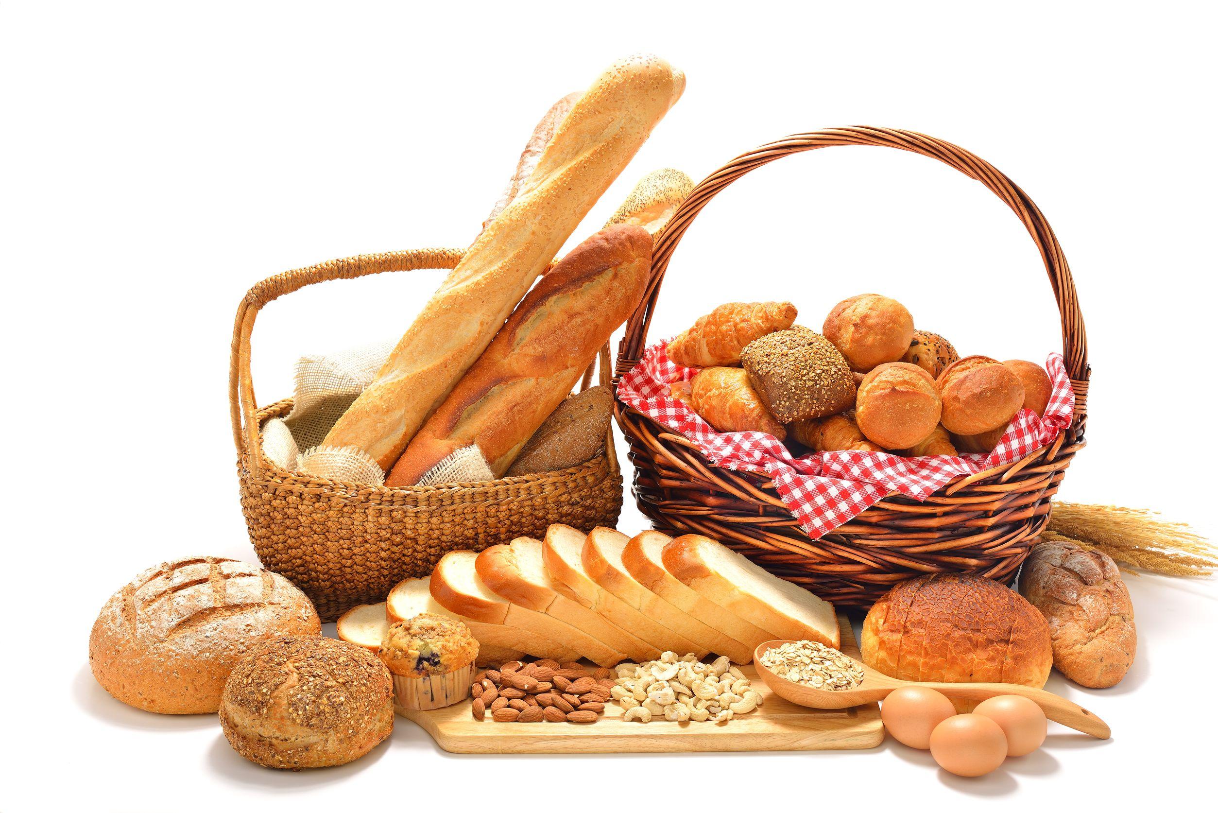 フランスパンや食パンライ麦パンなどたくさんのパンがバスケットなどに入って置かれている