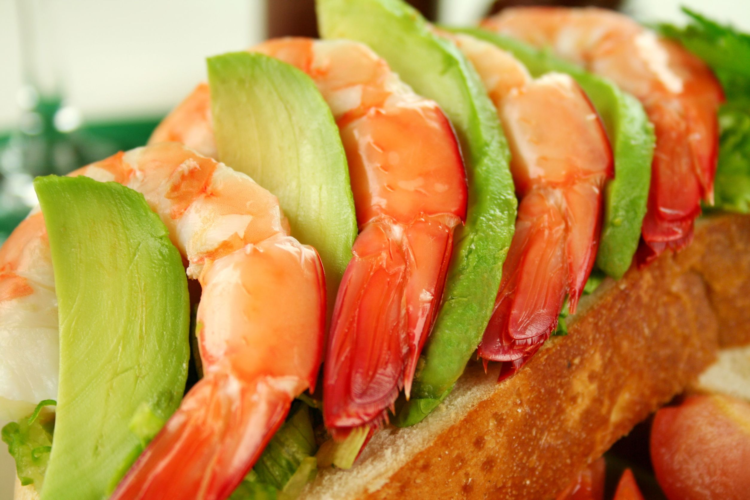 アボカドとえびのサンドイッチ。えびとアボカドがパンの上にのっている