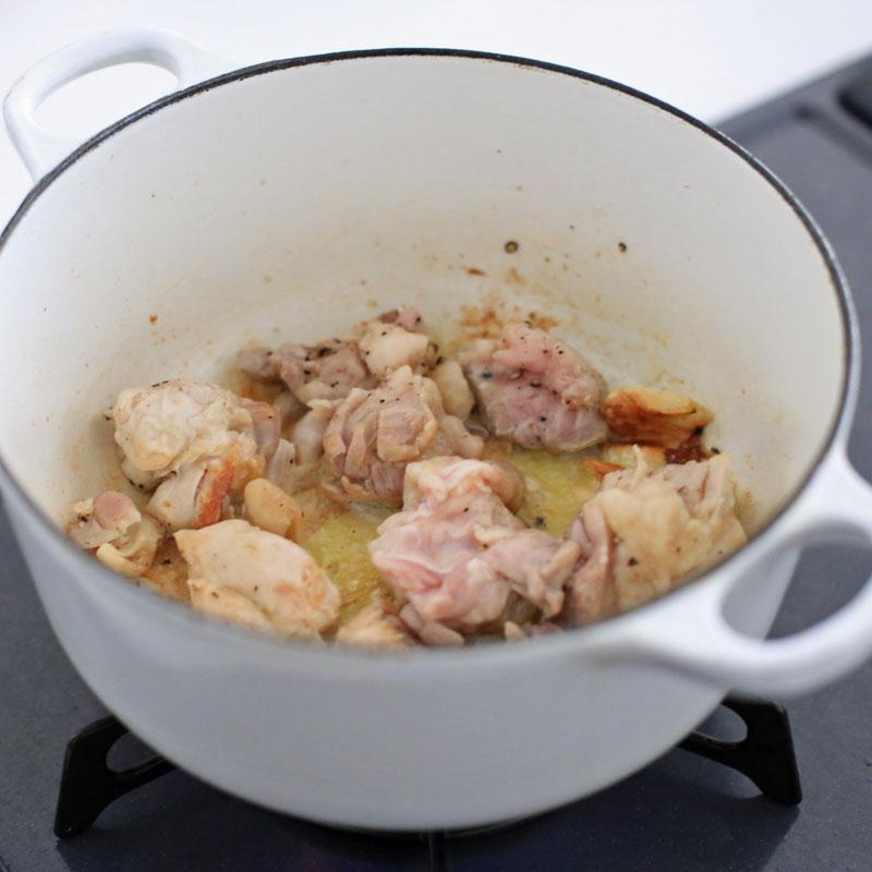 鍋で煮込まれている鶏肉