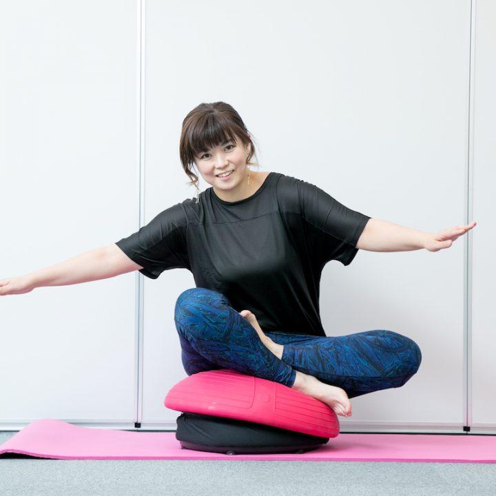 背筋をしっかりと伸ばして座禅を組むような形で座っていると、わき腹に刺激がはいる。普段使わない筋肉を使っている。