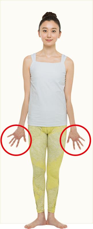 直立して手のひらを壁につけている女性
