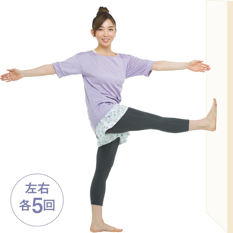 片足で立ち、反対の足を正面に上げ、手を真横に開いてそのまま上半身をひねっている女性