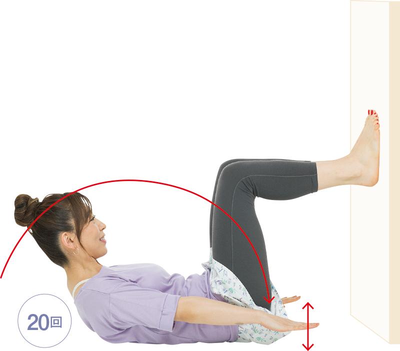 仰向けから上体を起こして、腕を上下に動かしている女性
