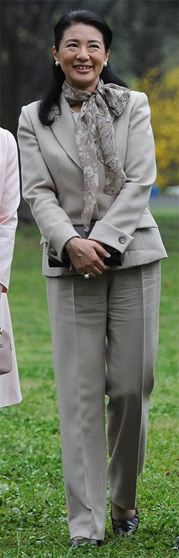 スモーキーな色合いのフローラルプリントのスーツを着た雅子さま