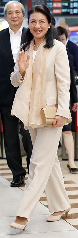 ナチュラルカラーのパンツスーツを着た雅子さま