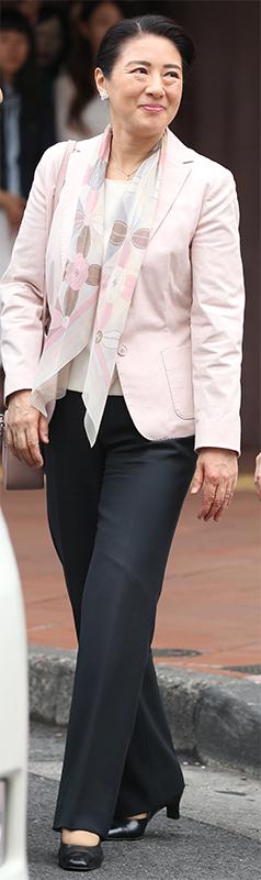 ナチュラルカラーのジャケットにカメリアの花があしらわれたシャネルのストールを合わせた雅子さま