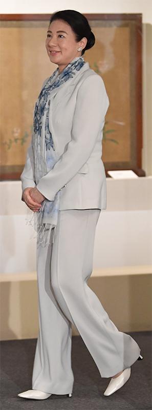 白のパンツスーツにブルーの花柄ストールを合わせた雅子さま