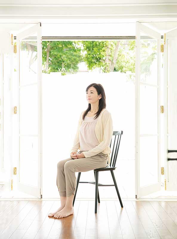 リビングでイスに座って瞑想の姿勢をとるタレントの中島史恵