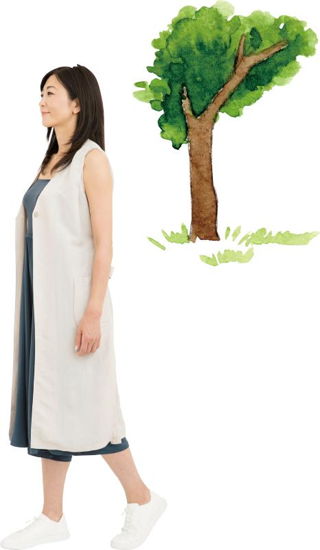 木の下を歩く中島史恵