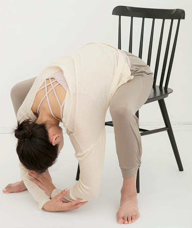 上体を前に倒して両手を下げて脱力し、息を吐ききってゆっくり10まで数える