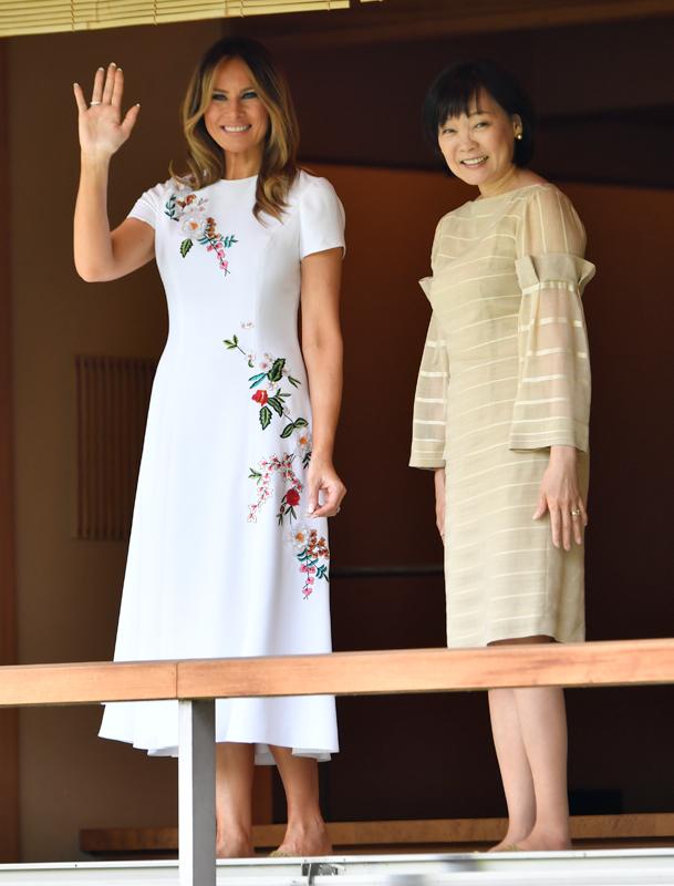 メラニア夫人は手を振り、安倍昭恵夫人は笑顔で会釈している
