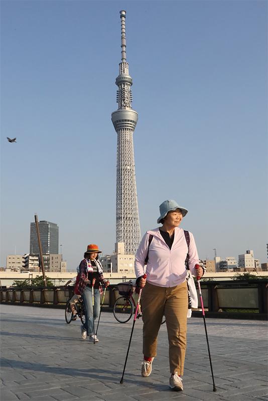 桜橋を渡るオバ記者