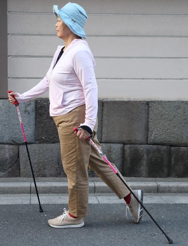 歩く時に手を振るタイミングに合わせてポールを斜めについた、姿勢のよい歩行のお手本その2