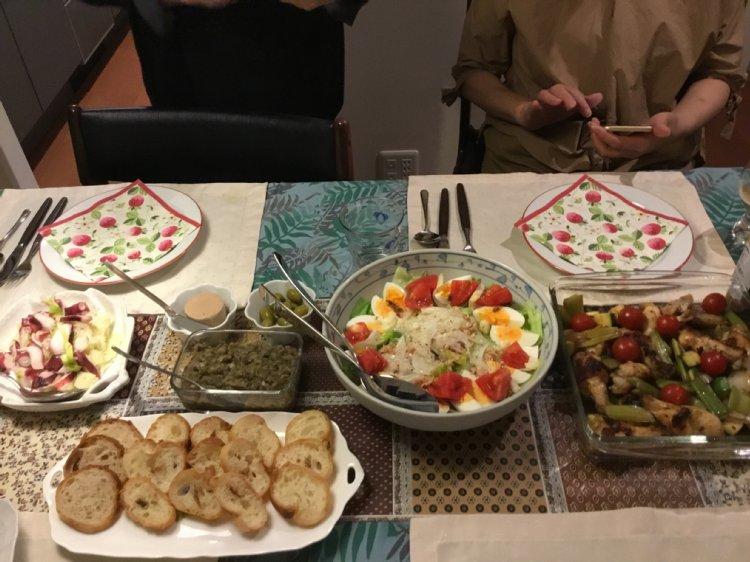 食事会にサラダなどのメニューが並ぶ