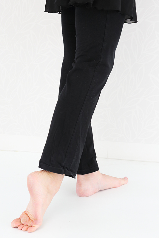 伸ばすときに足首とかかとがまっすぐになっている