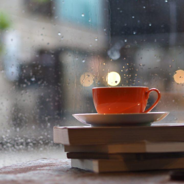 窓の外に雨が降っているイメージ画像