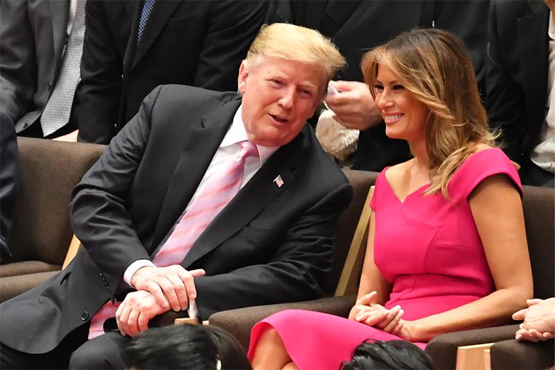 スーツにピンクのネクタイを合わせたトランプ大統領と、鮮やかなピンクのワンピースを着たメラニア夫人。