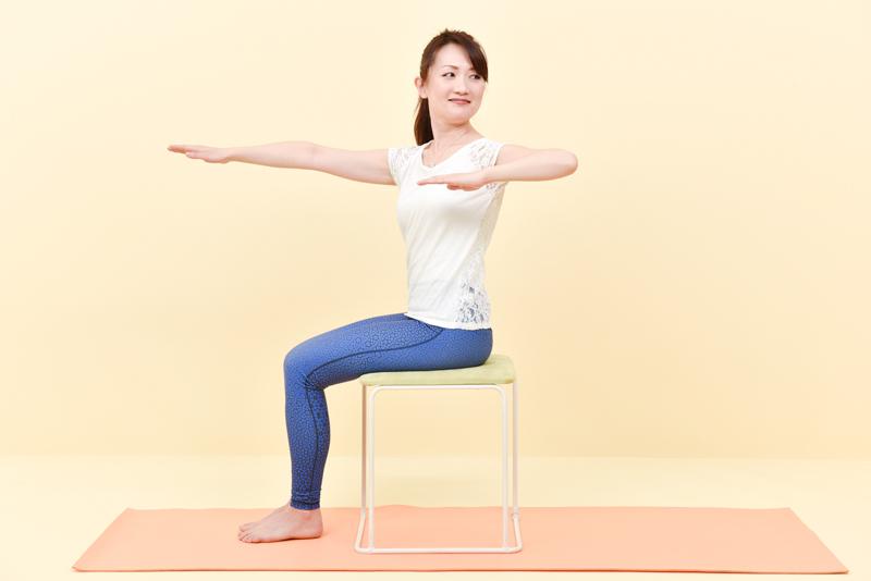 肘をまっすぐ後ろに引きながら、肘の先を見るように上体をしっかりねじる女性
