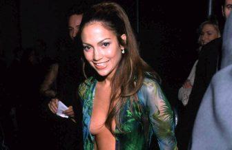 ジェニファー・ロペス、あの胸の谷間見せドレスがスニーカーに変身!