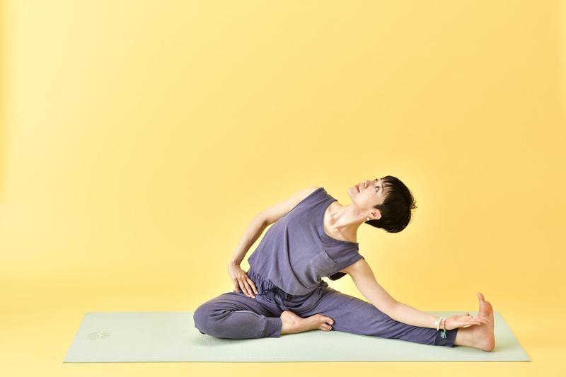 左の胸を天井に引き上げるようにしながら、上体を傾ける女性