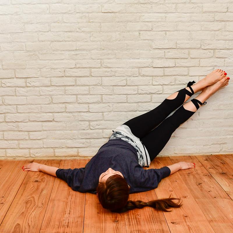 両脚を閉じたまま、右側にゆっくりと倒していく女性