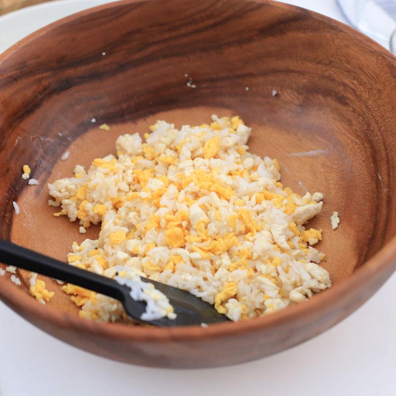 豆腐、卵、玄米が器に入っている