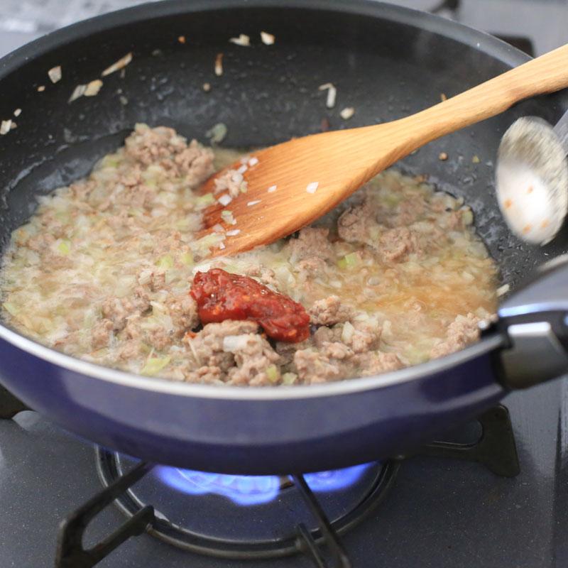 冷やしタンタンの材料を鍋で炒めている様子