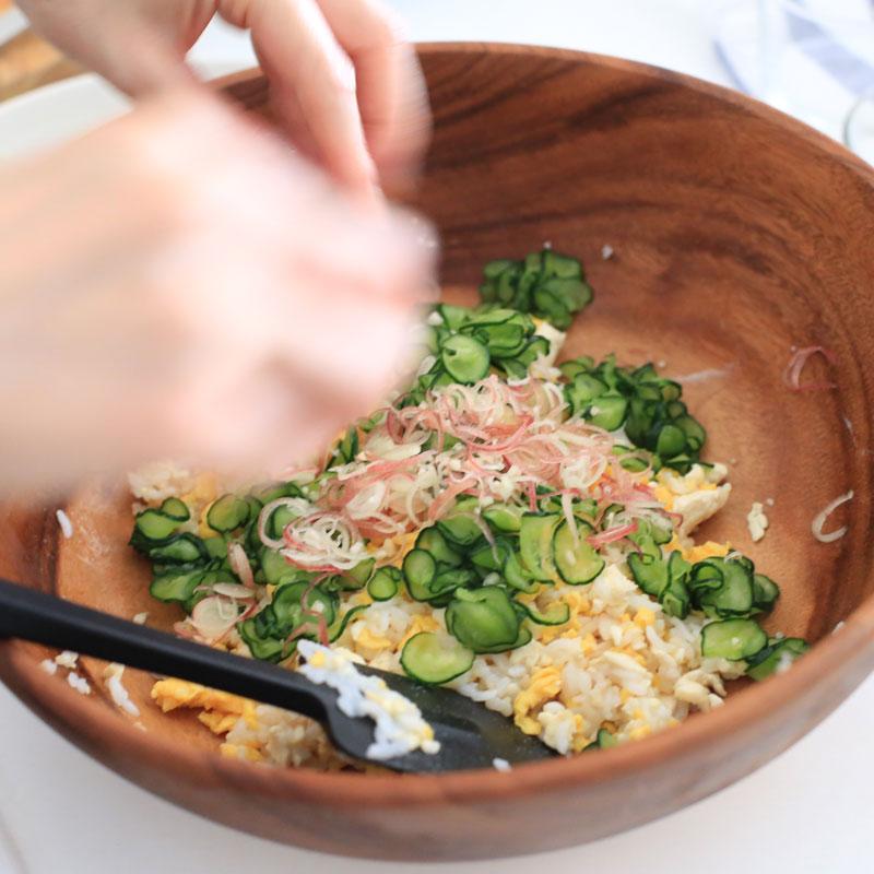 「鮭と卵と豆腐の高たんぱくちらし寿司」を作っている様子