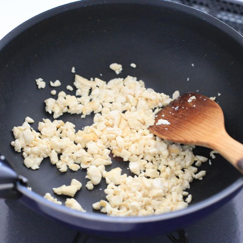 豆腐を炒めてる様子