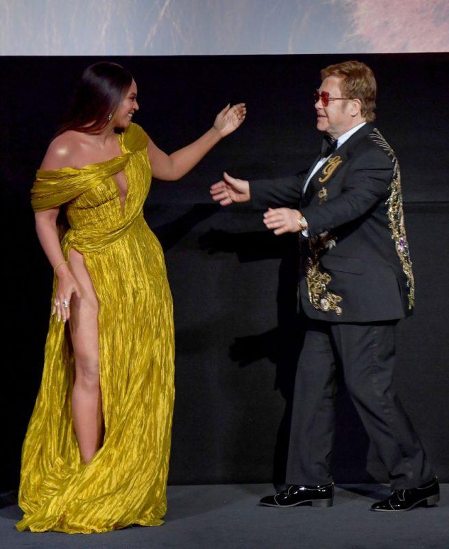 エルトン・ジョンとビヨンセが舞台上でハグをしている