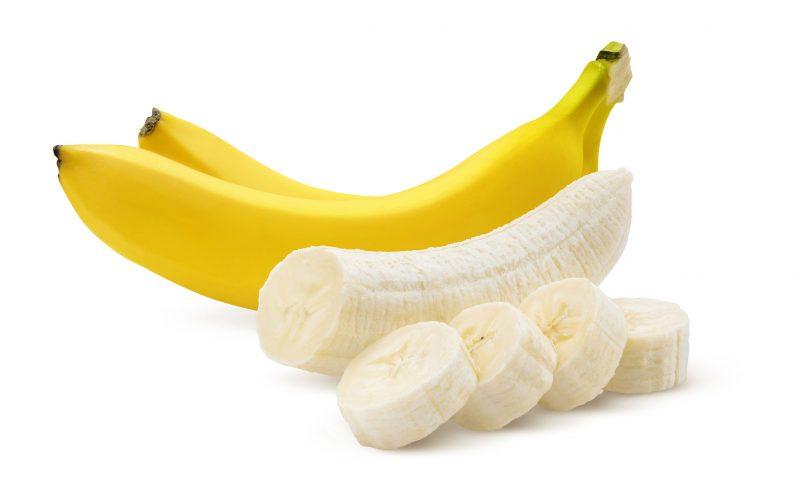 バナナの房と向いたものが並んでいる