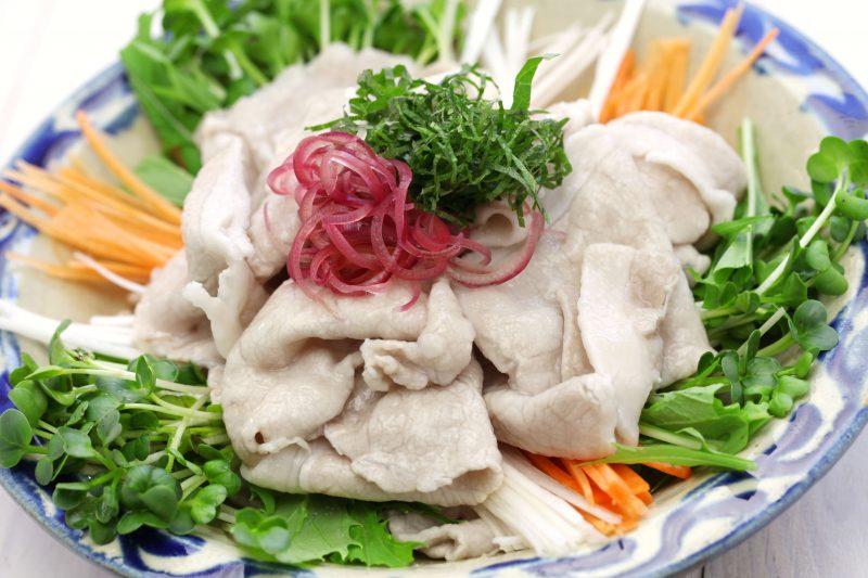 豚の冷しゃぶサラダが皿に盛りつけられている