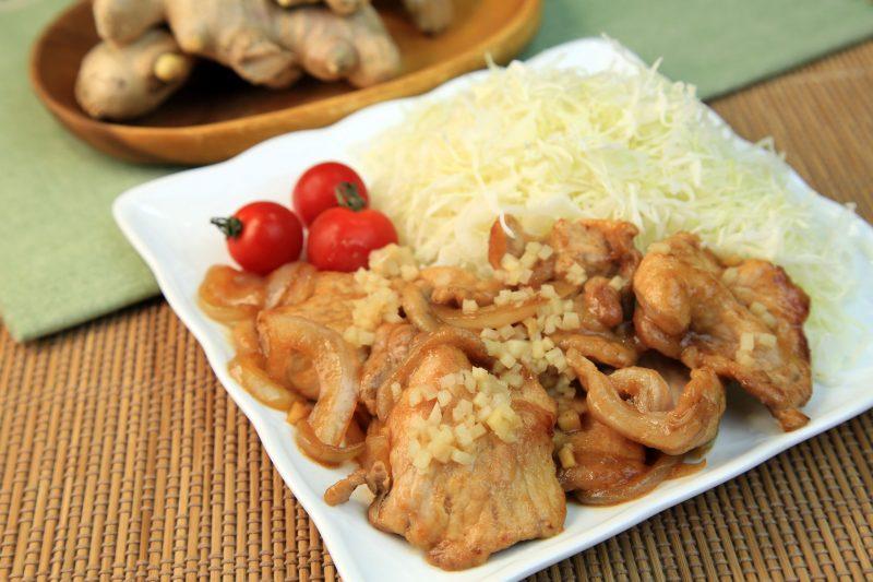 豚の生姜焼きが皿に盛りつけられている