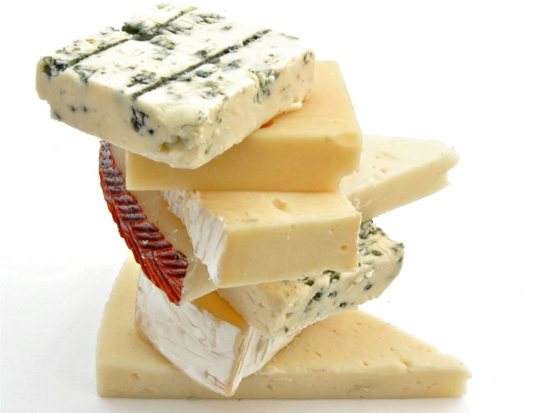 重ねたカマンベールチーズとブルーチーズ
