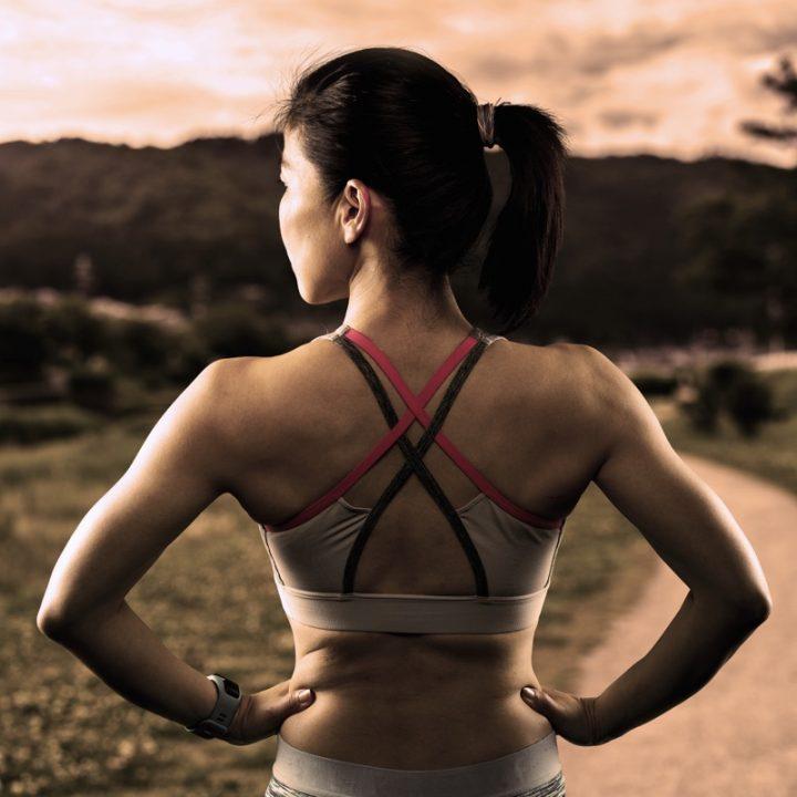 スポーツブラを着用した女性の後ろ姿