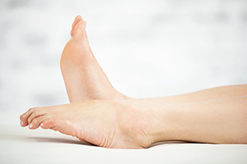 足のつま先を立て、片方だけ倒した素足画像