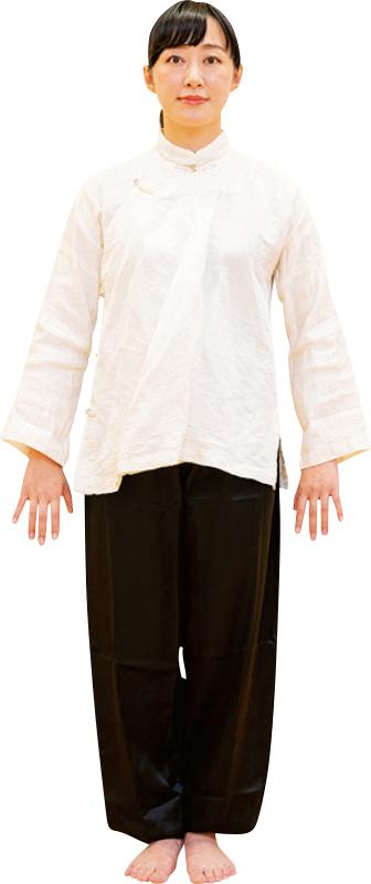 両足をそろえて立ち、肩の力を抜いて手のひらを後ろに向けて両腕を下ろす