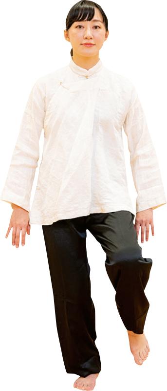 左足を横に一歩ゆっくりと踏み出すようにして足を肩幅に開く