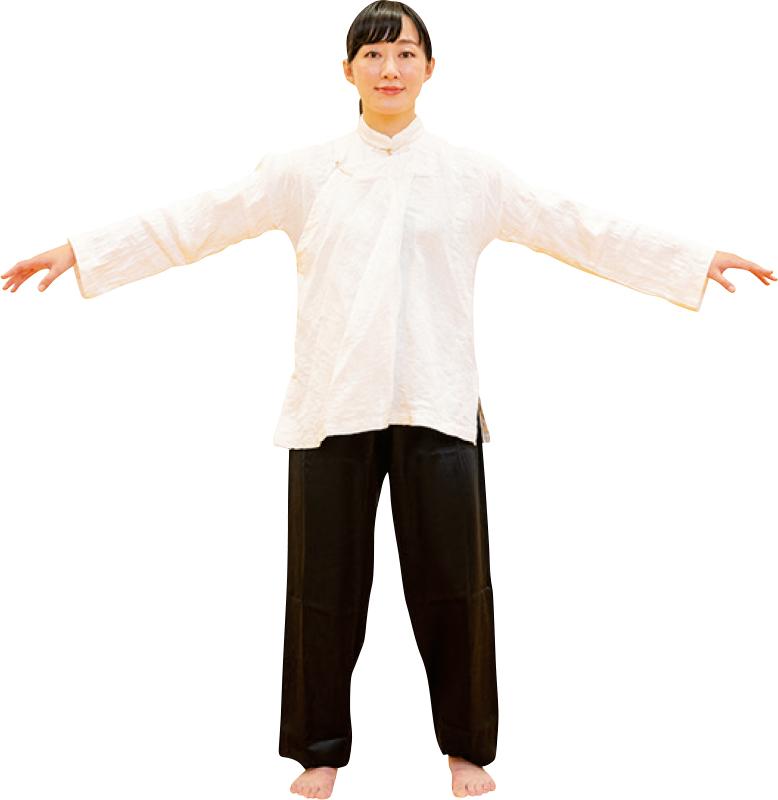 立禅から両手を肩の位置まで上げる