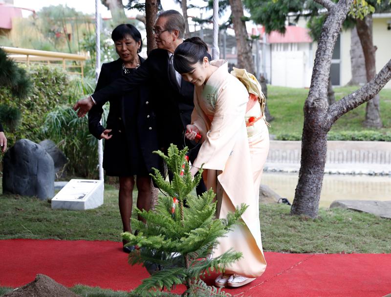 ペルー日系人協会で植樹をする眞子さま