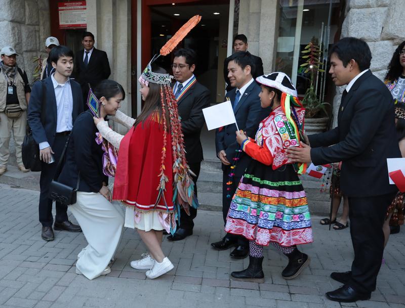 民族衣装の女の子たちから伝統工芸品のネックレスを贈られた眞子さま