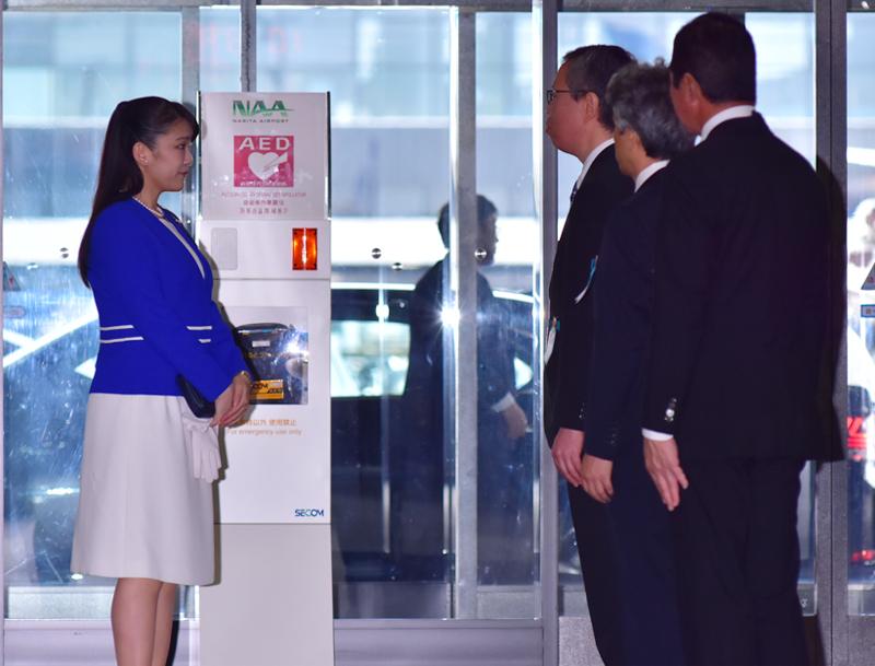 空港で3人の男性と向き合われる眞子さま