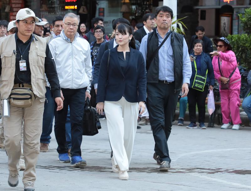 白のパンツに黒のトップス、ジャケットを羽織られた姿で歩く眞子さま