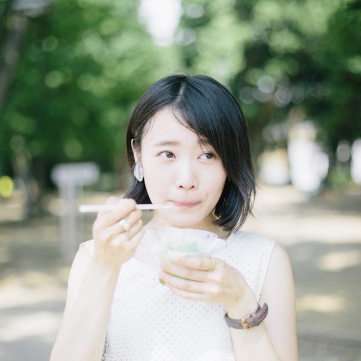 かき氷を食べる女性