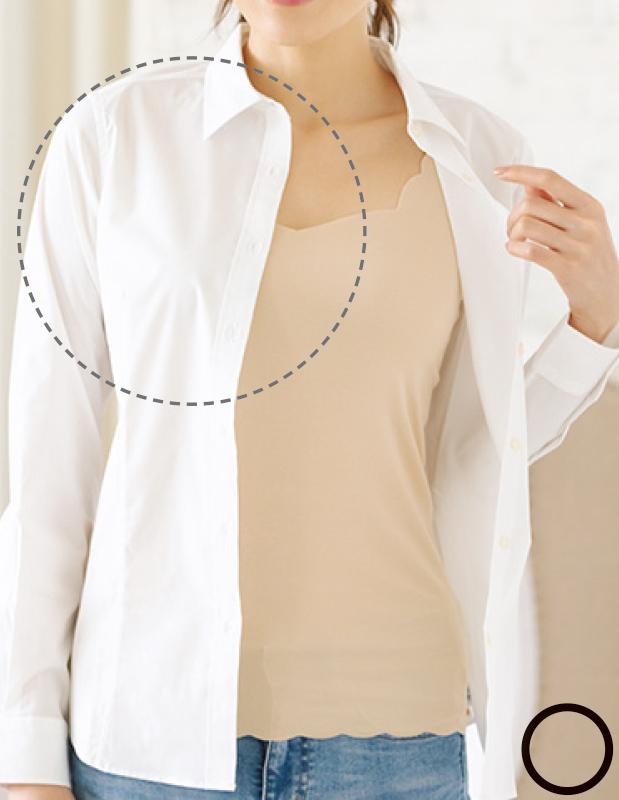 ベージュのインナーに白シャツを羽織った女性