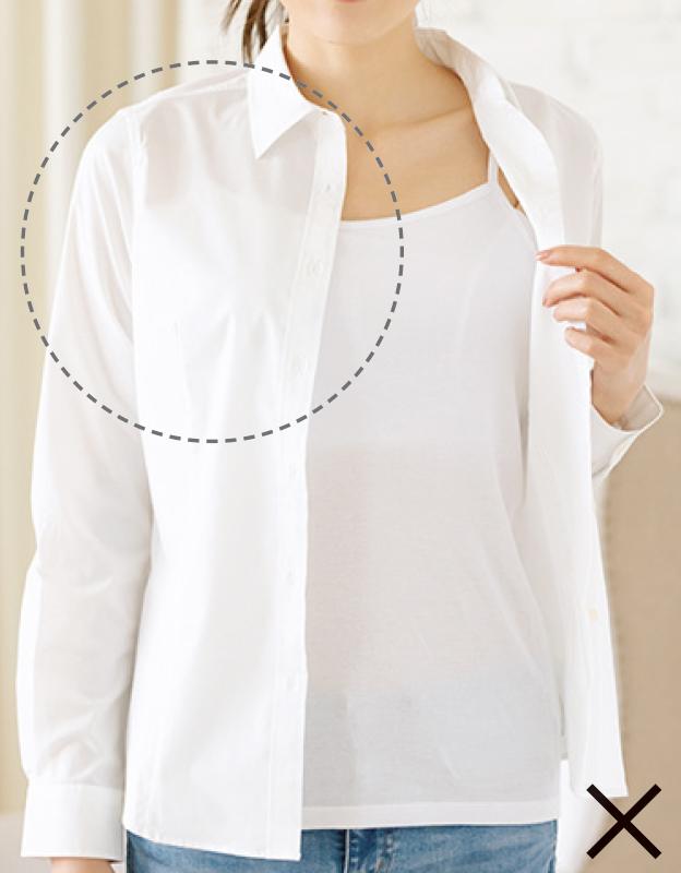 白いインナーに白いシャツを羽織った女性