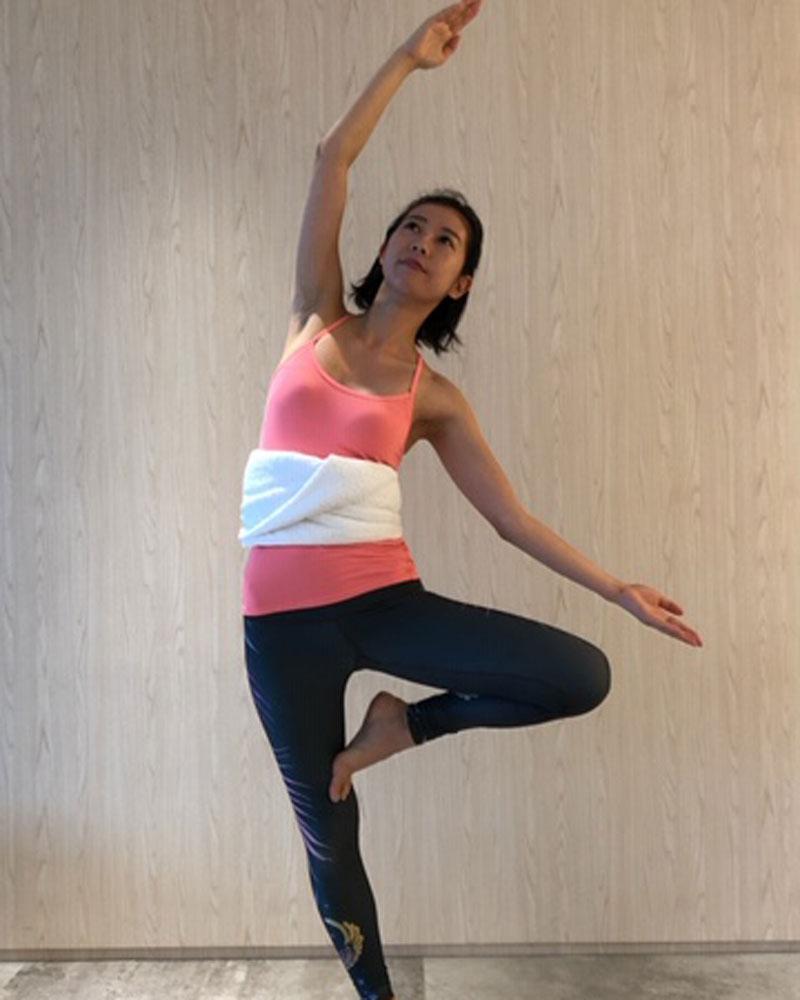 息を吐きながら左膝を上げ上体を左へ傾ける
