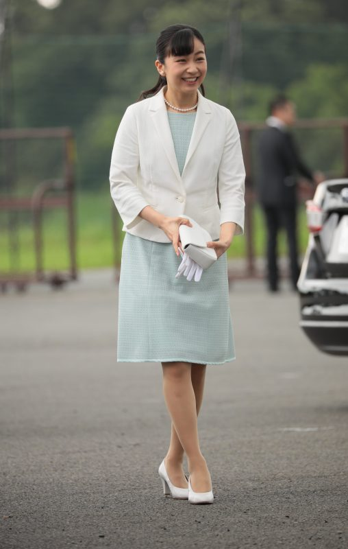 佳子さま、手元には小ぶりな白のバッグ。